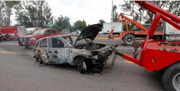 Hallan cinco cuerpos calcinados dentro de auto en Puebla
