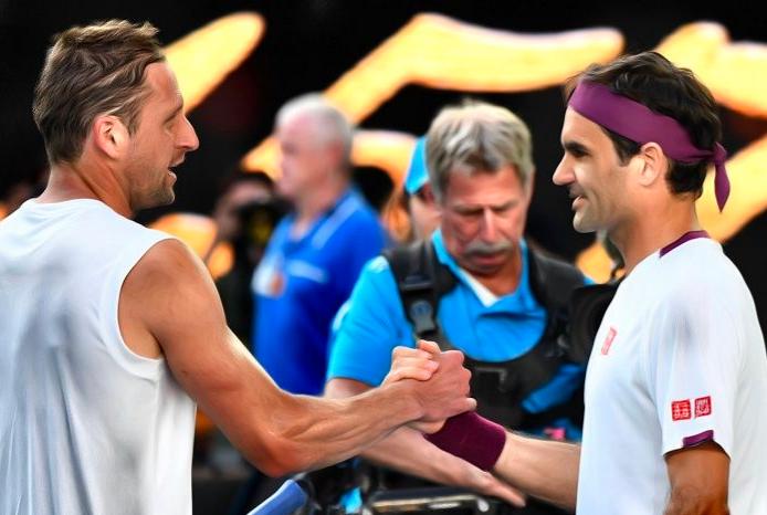 Roger Federer gana en el Australian Open ¡con ayuda de una NIÑA! (VÍDEOS)