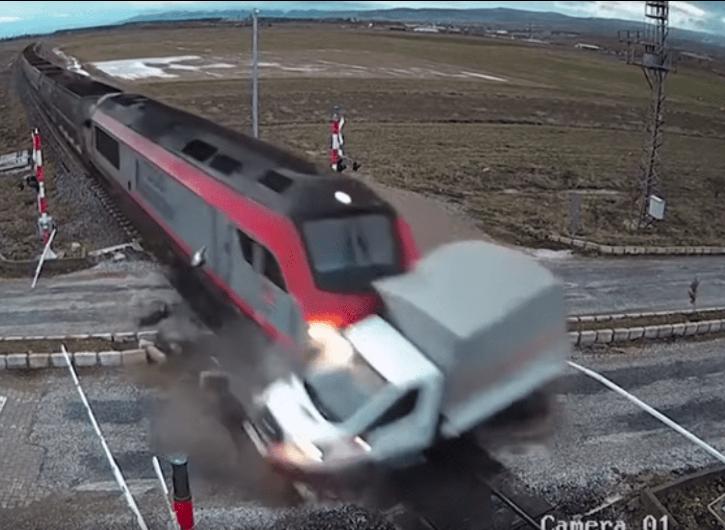 VIDEO VIRAL: Camión intenta cruzar y es brutalmente arrollado por tren ¡Impactante!