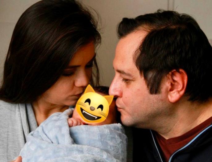 Nieto de AMLO aparece en amorosa foto junto a sus padres; lo llenan de besos