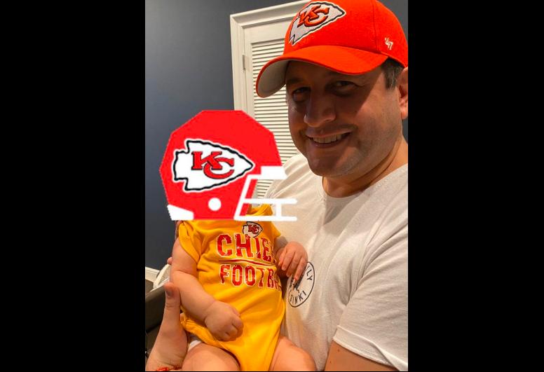 Nieto de AMLO celebra junto a su padre el triunfo de Kansas City en el Super Bowl