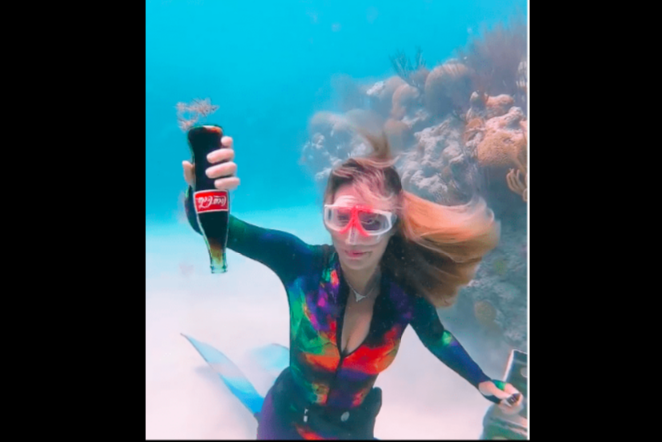 INSÓLITO: Abre una coca cola en el fondo del mar y lo que pasa es increíble