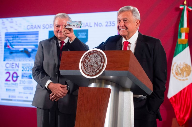 """AMLO compra su """"cachito"""" para la rifa del Avión Presidencial, paga sus 500 pesos"""