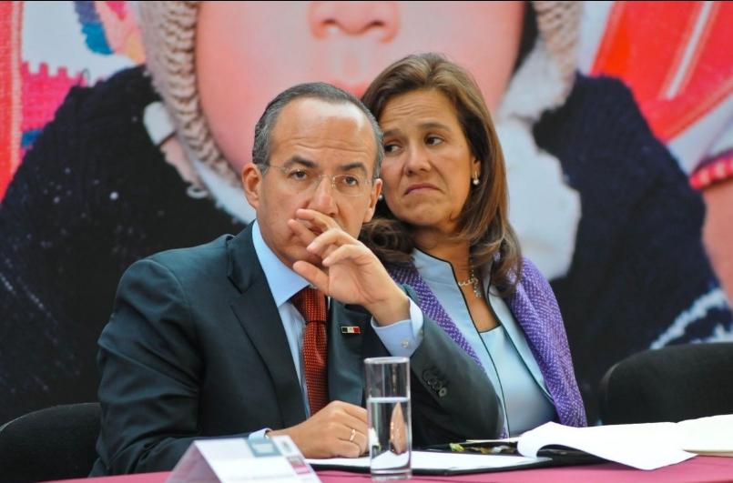 Felipe Calderón en silencio mientras Margarita Zavala habla hasta por los codos