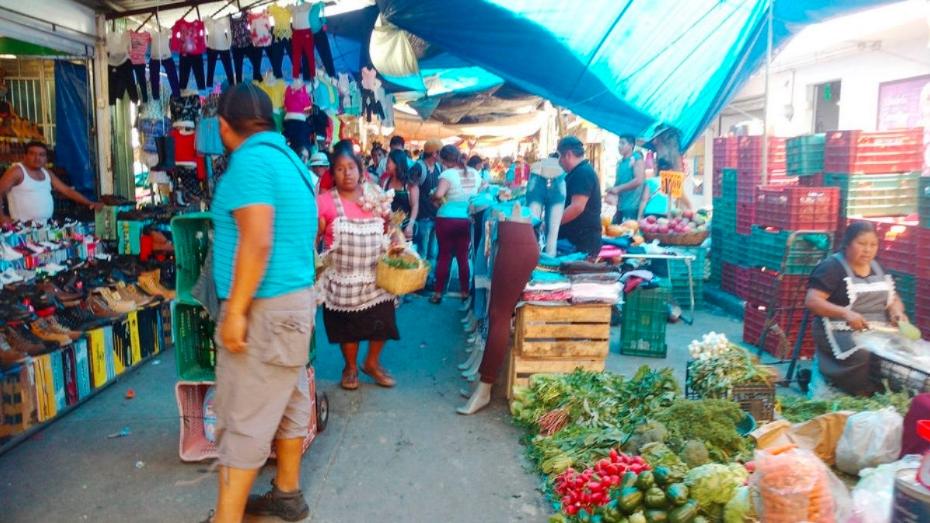 AMLO anuncia censo para otorgar créditos al comercio informal