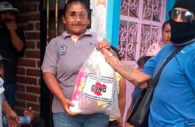 VIDEO: Pobladores echan porras a El Mencho tras recibir despensas del CJNG
