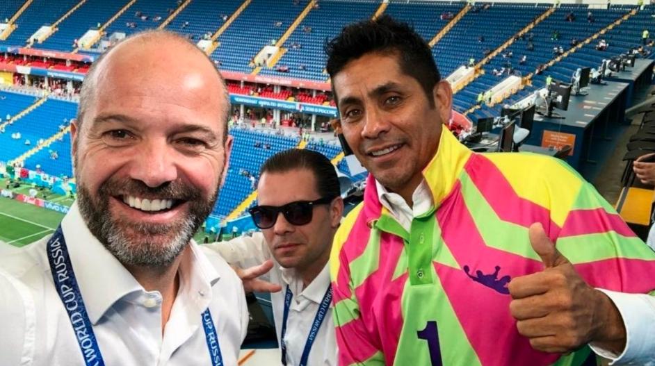 Luis García exhibe a comentarista de TV Azteca en poca ropa (VIDEO)