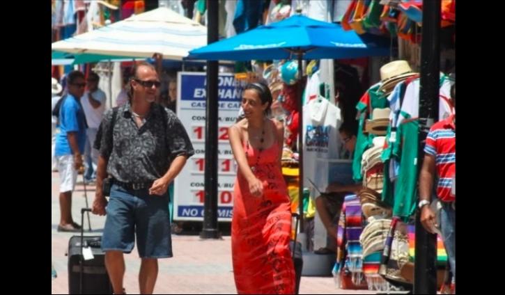 Turistas en Cancún no utilizan cubrebocas y provocan molestia de habitantes