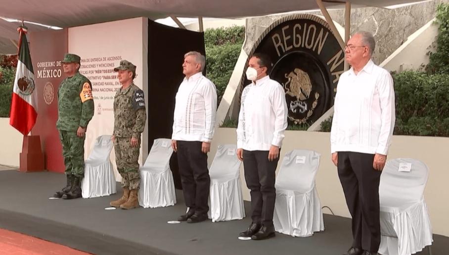AMLO reconoce a médicos de la Marina que hacen frente al Covid-19