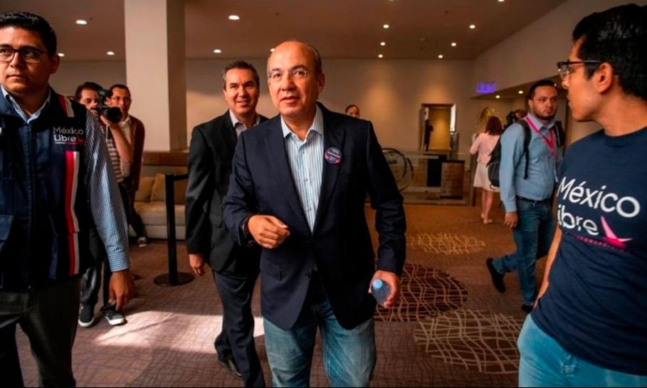 Humilla Ackerman a Felipe Calderón en redes sociales