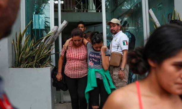 Descubren en video a agentes extorsionando a migrantes; sancionan a más de 1,000 por corrupción