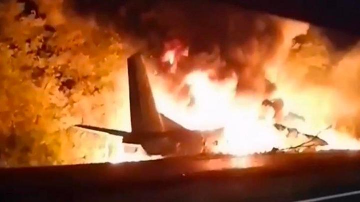 Avión militar se estrella en Ucrania; hay 22 muertos y dos heridos graves