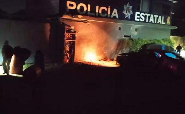 Explota auto afuera de base policíaca de Playa del Carmen
