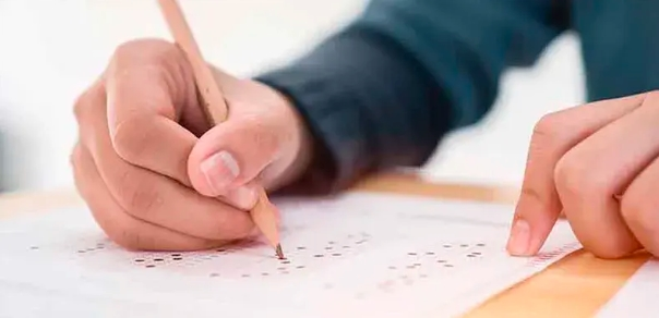 Condenan a prisión a estudiante por filtrar respuestas de examen