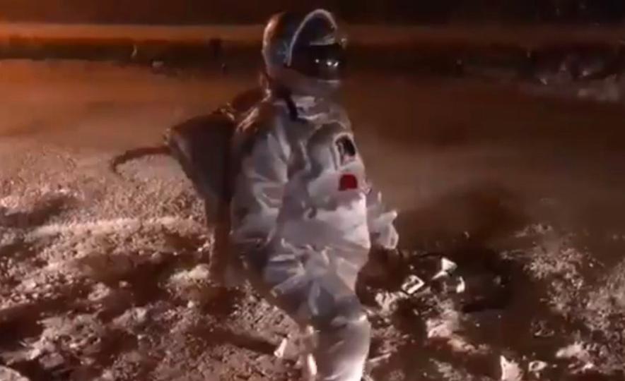 VIDEO: Hombre vestido de astronauta simula caminar en la Luna en calle con baches