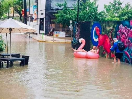 Transitan en salvavidas y canoas por el centro de Playa del Carmen