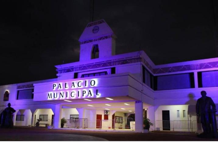 """Se viste de color """"violeta"""" el Palacio Municipal de Solidaridad por las víctimas de violencia"""