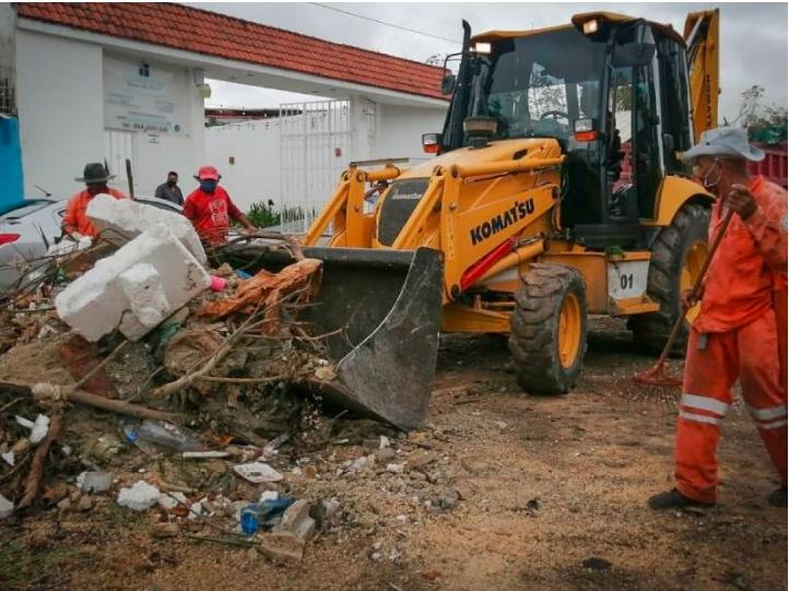 Trabajan cuadrillas de Servicios Públicos 24 horas para limpiar Solidaridad