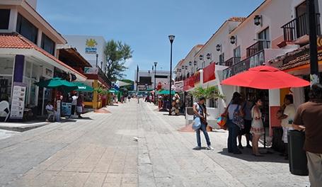 La mitad de negocios en Playa del Carmen, cierran