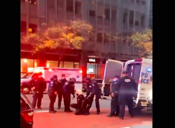 Un carro se lleva por delante a manifestantes de Black Live Matter en NY