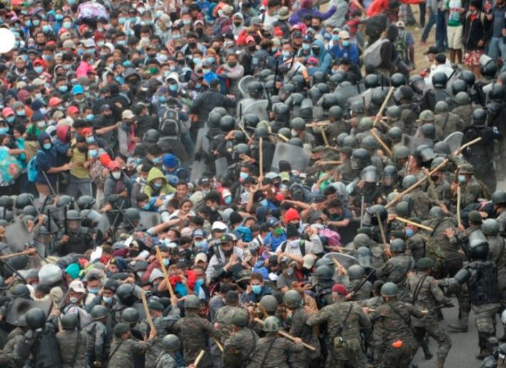 Autoridades de Guatemala detienen con violencia a caravana migrante hondureña