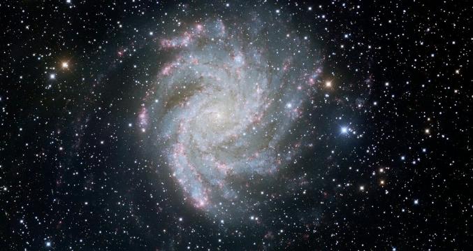 Obtiene Hubble impactantes imágenes de la galaxia de los fuegos artificiales