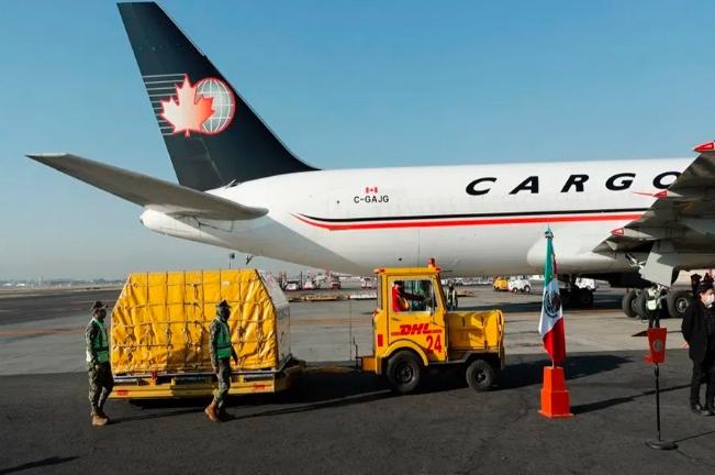 Llega a México cargamento de 436,800 vacunas contra COVID-19