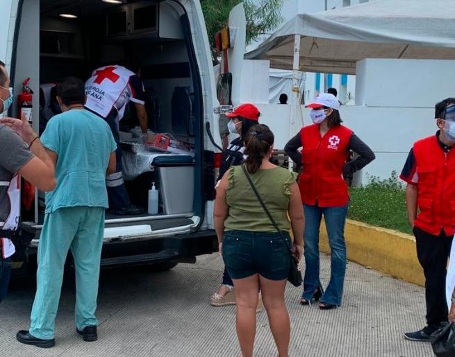 Reparte Cruz Roja tamales a personal médico en Playa del Carmen