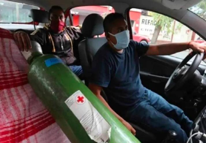 Taxista es amenazado para llevar a paciente Covid; llevaban una pistola