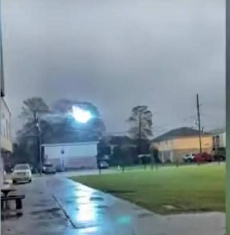 Captan bola de luz azul transportándose por cables de alta tensión (+video)