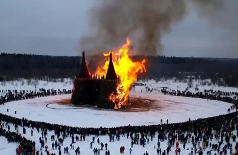 Queman castillo de 24 metros para decir adiós a la pandemia