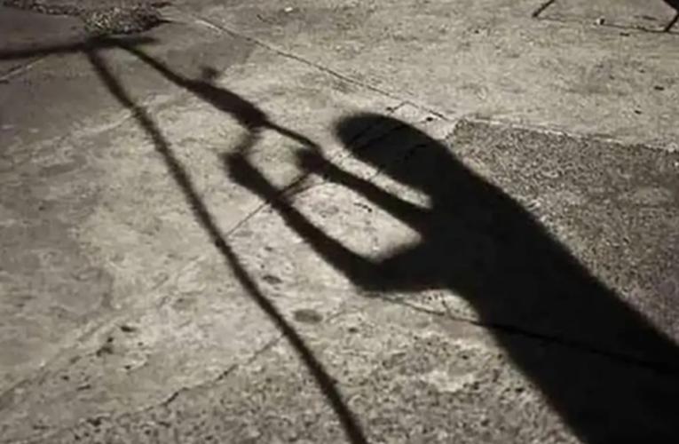 Mujer se intenta suicidar en un poste y es rescatada