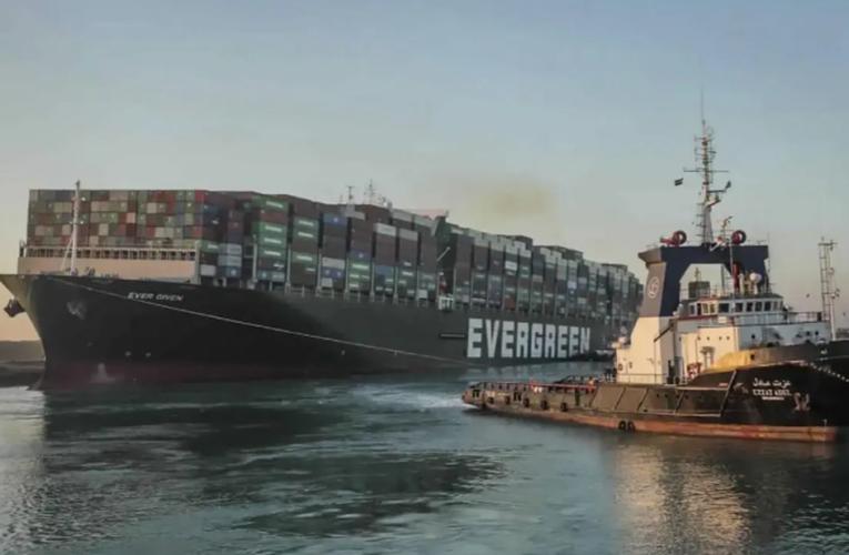 Mueven buque varado en Canal de Suez