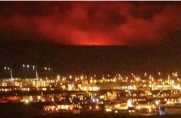 Noche roja en Islandia tras erupción cerca de Reykjavik