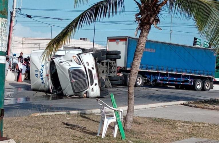 Caos vial por volcadura en el bulevar Playa del Carmen