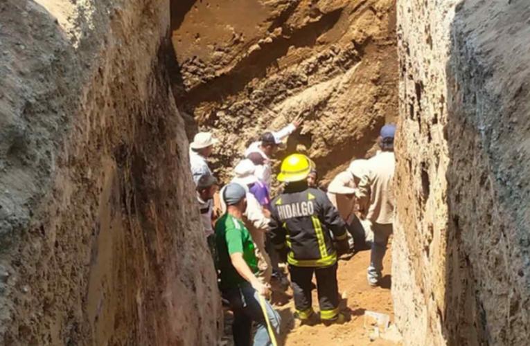 Rescatan a 3 trabajadores sepultados en colapso de obra de drenaje en Hidalgo