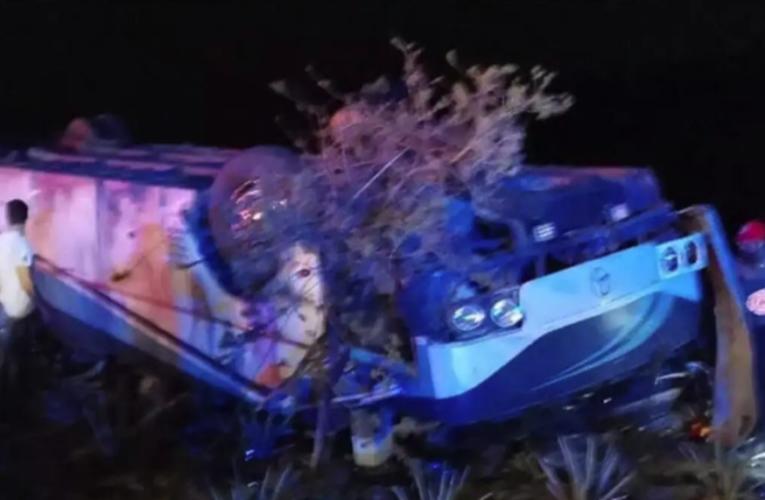 Se vuelca autobús con turistas en Michoacán; hay 7 muertos
