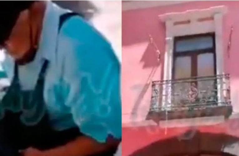 Video: Avientan agua a un adulto mayor mientras trabajaba boleando zapatos