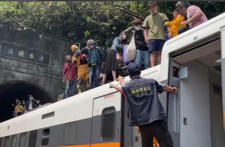 Mueren 48 personas en Taiwán por descarrilamiento de tren