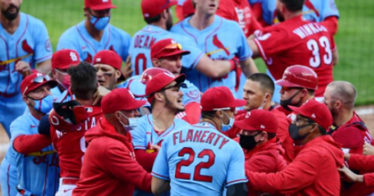 VIDEO: Reds y Cardinals protagonizan la primera campal de la temporada en la MLB