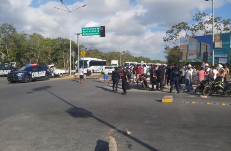 Bloquean vecinos avenidas por apagón en fraccionamiento de Playa del Carmen
