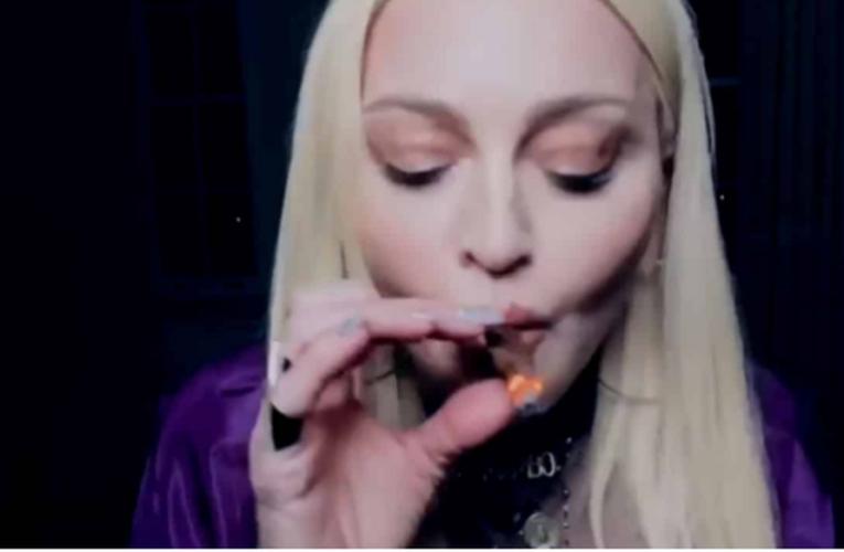 Madonna fuma marihuana en el nuevo video de Snoop Dogg «Gang Signs»