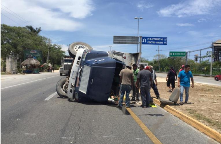 Volquete choca y queda de costado en la carretera Playa del Carmen-Tulum