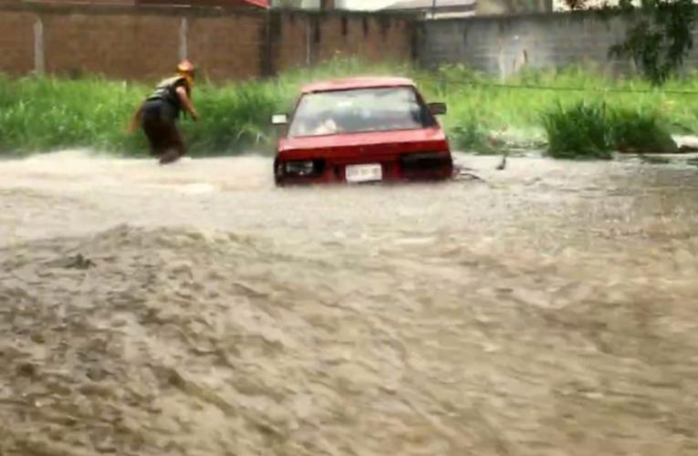 Fuerte lluvia provoca inundaciones y deslaves en Nuevo León