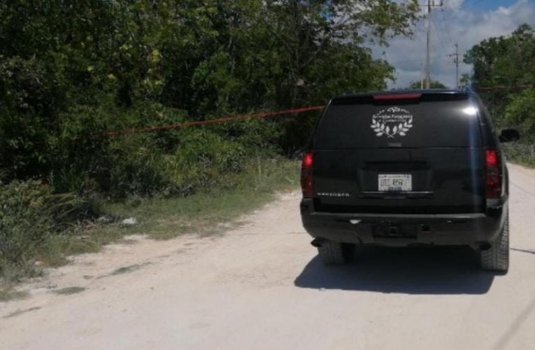 Localizan embolsado en una camioneta en un camino de terracería en Playa del Carmen