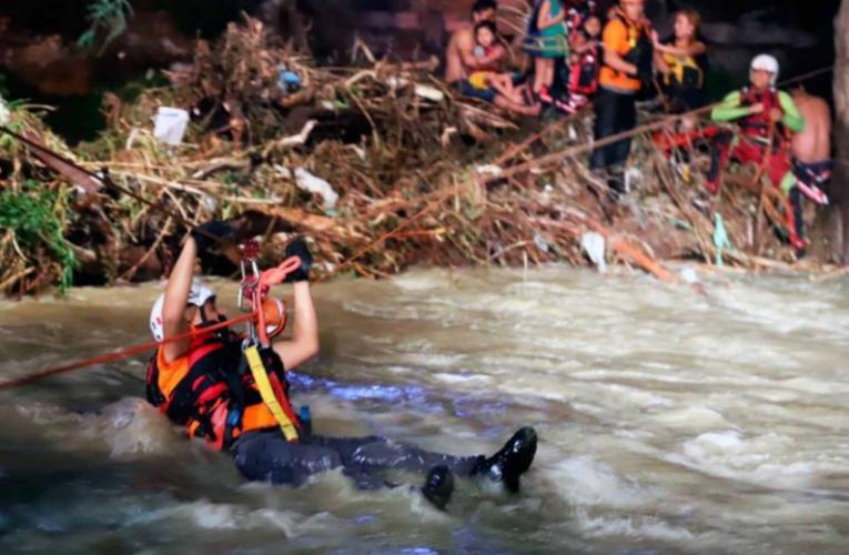 Rescatan 6 menores atrapados por corriente del río La Silla, en NL