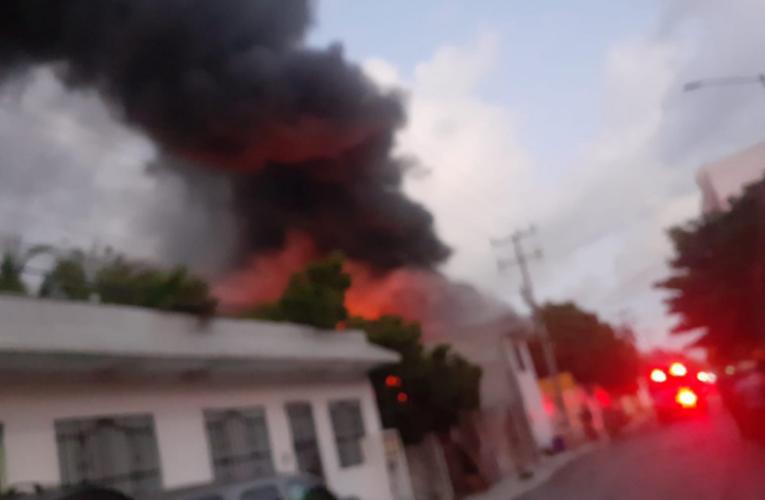 Se incendia bodega de muebles de hotel en Playa del Carmen