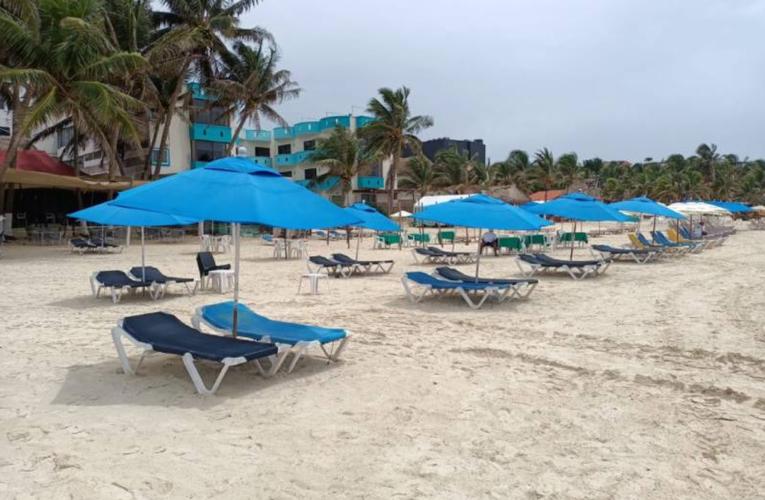 Sargazo deja sin trabajo a rentadores de camastros en Playa del Carmen