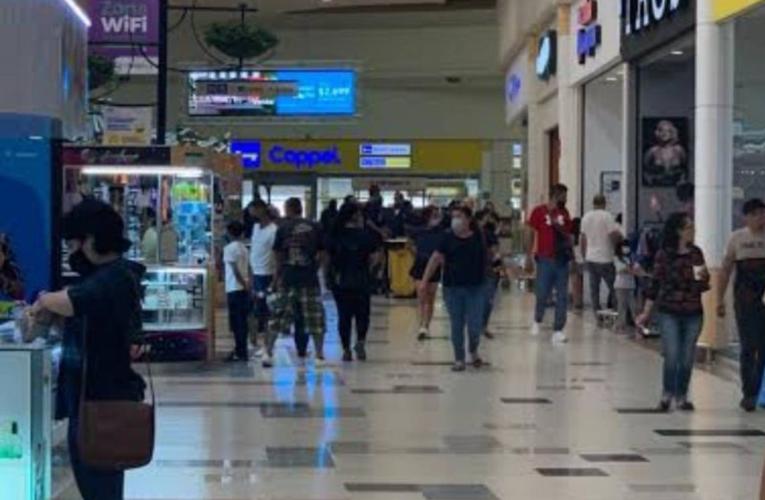 Largas filas en tiendas y restaurantes de NL pese a tercera ola covid