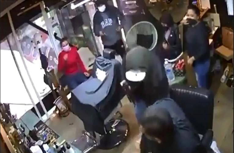 Asaltan a trabajadores y clientes de una barbería en Toluca